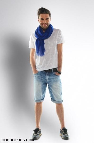 Bermudas y camiseta con foulard