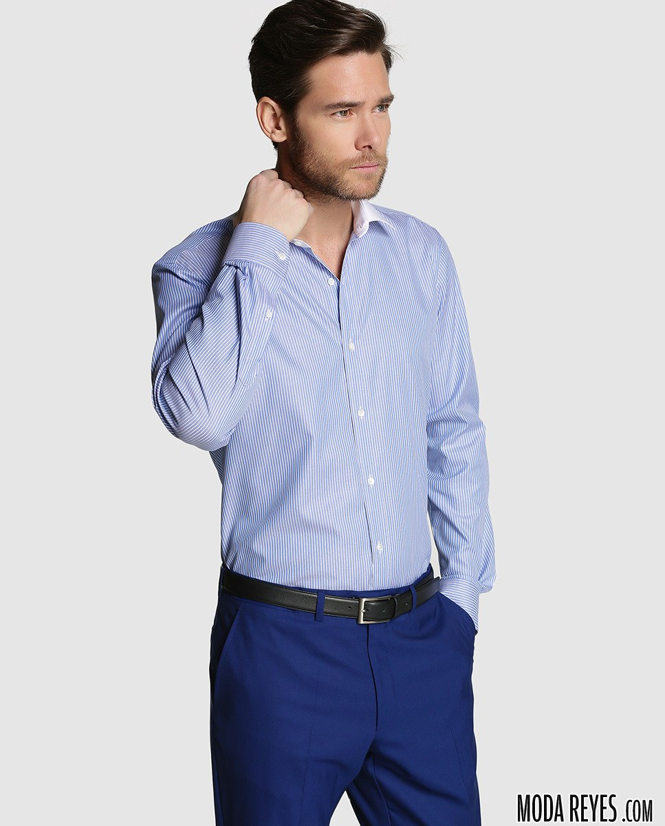 camisa azul con cuello blanco