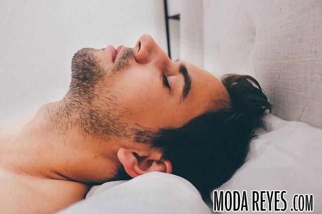 hombre tumbado en cama
