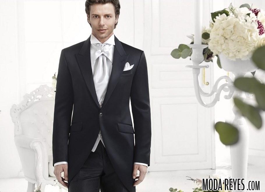 traje en negro y corbata plata