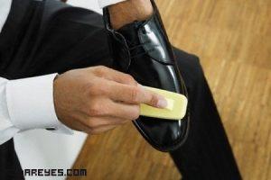 Cómo limpiar los zapatos de charol